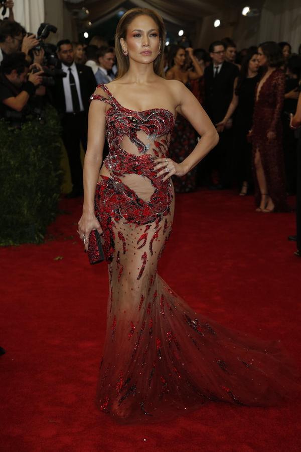 Jennifer-Lopez-in-Atelier-Versace-at-the-2015-MET-Gala