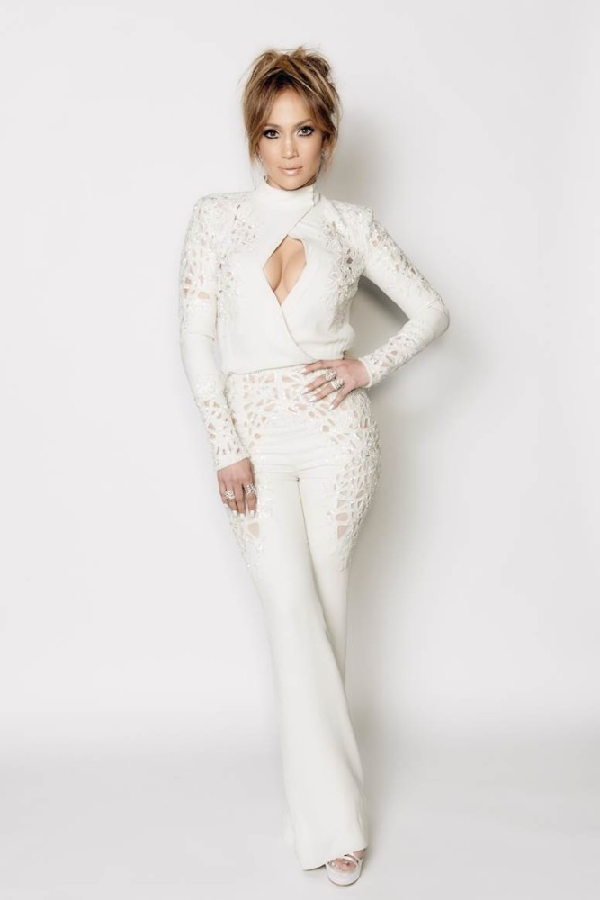 Jennifer-Lopezs-American-Idol-Zuhair-Murad-Fall-2014-Couture-Lace-White-Jumpsuit2-667×1000