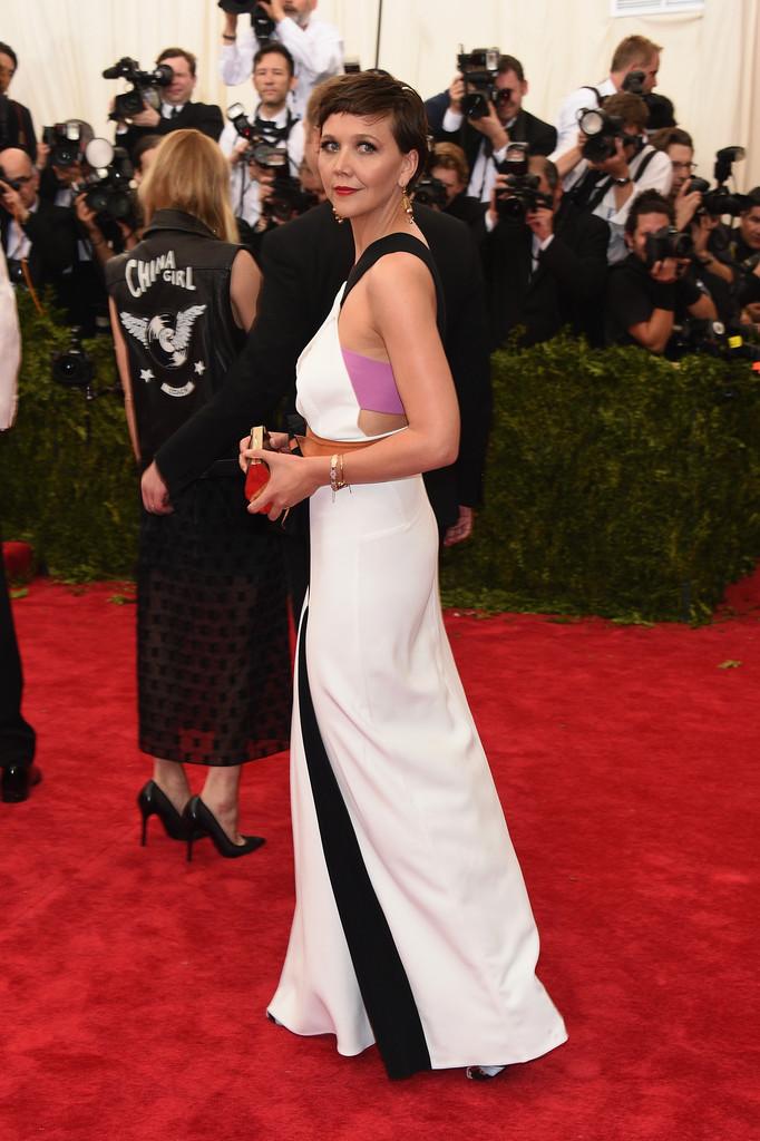 Maggie-Gyllenhaal-2015-Met-Gala-Wearing-Roland-Mouret-