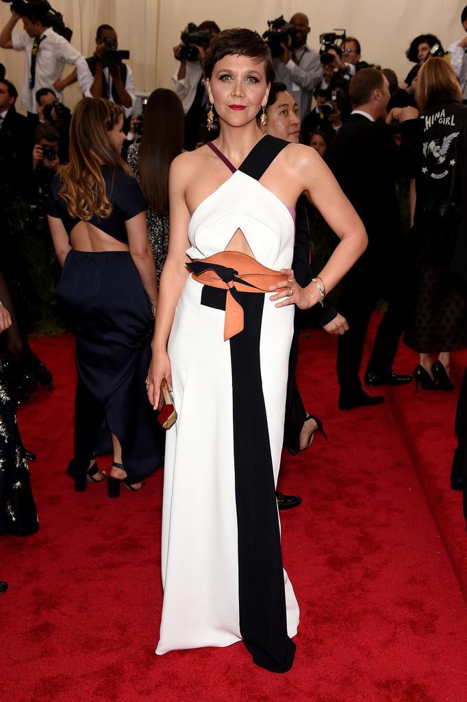 Maggie-Gyllenhaal-2015-Met-Gala-Wearing-Roland-Mouret-dress