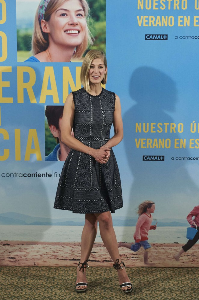 rosamund-pike-in-alexander-mcqueen-what-we-did-on-our-holiday-madrid-photocall