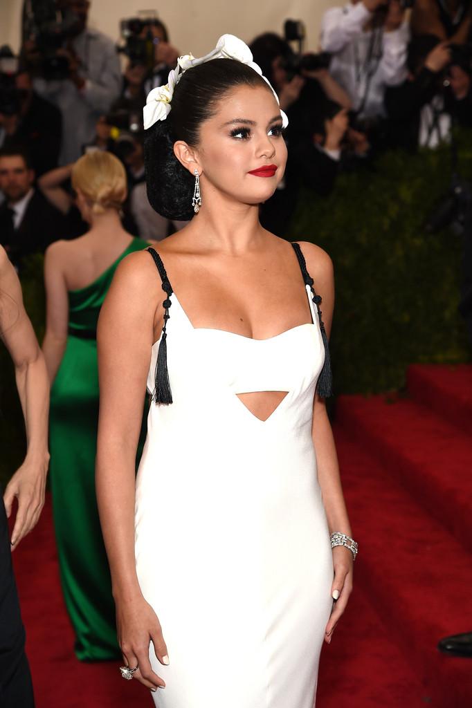 Selena-Gomez-2015-Met-Gala-Wearing-Vera-Wang-b