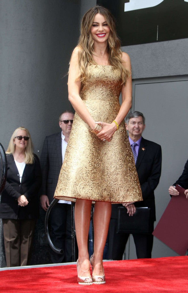 Sofía-Vergara--Honored-with-a-star-on-the-Hollywood-Walk-of-Fame--01-662x1027