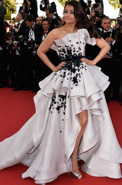 aishwarya-rai-in-ralph-russo-couture-youth-cannes-film-festival-premiere