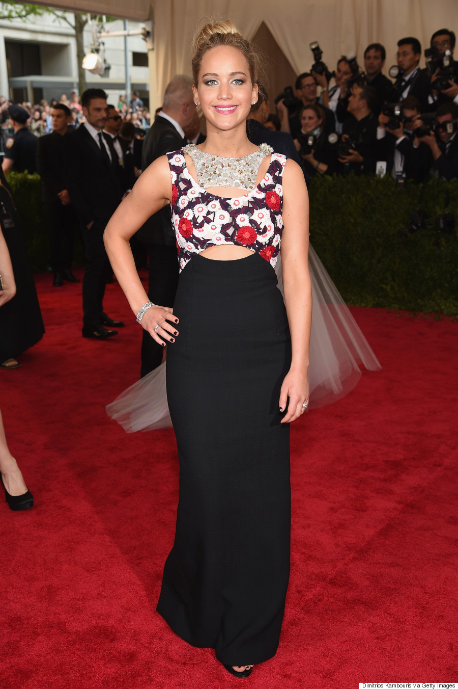 Jennifer-Lawrence-in-Christian-Dior-Couture-at-the-2015-MET-Gala