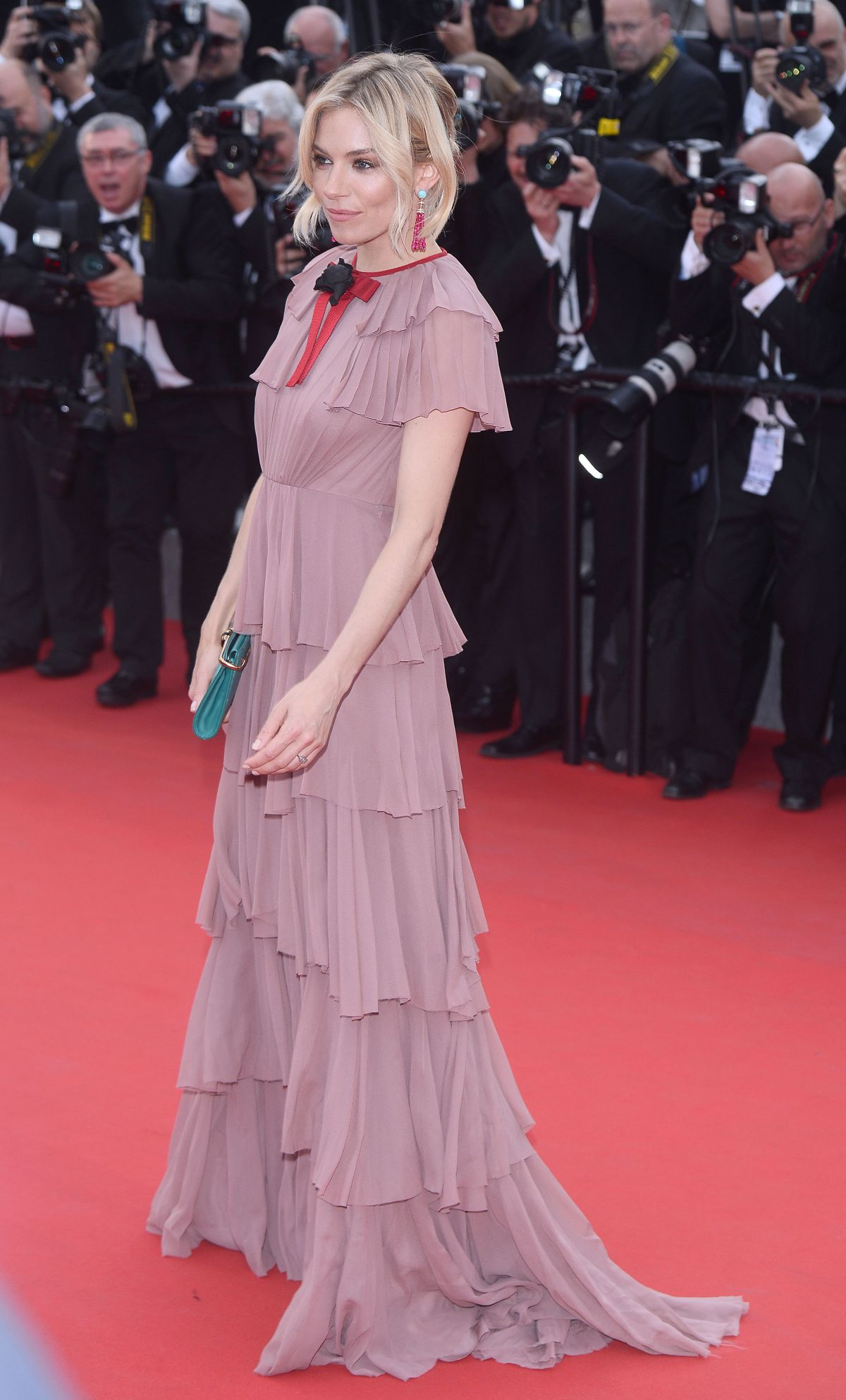 sienna-miller- in-gucci-at-macbeth-premiere-at-cannes-film-festival_