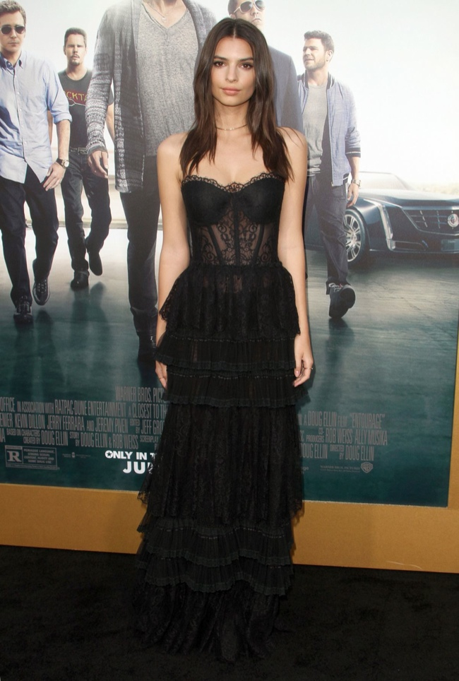 Emily-Ratajkowski-Zuhair-Murad-Black-Lace-Dress01