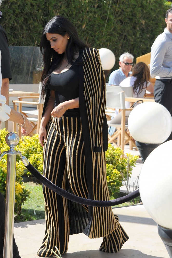 Kim-Kardashian--Leaving-the-Armani-Caffe