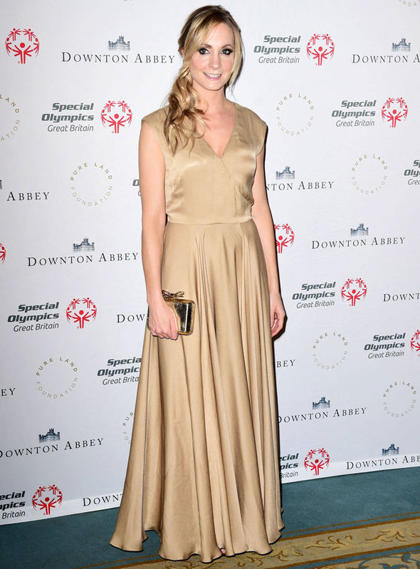 The-actress-chose-a-low-cut-gold-gown-for-the-dinner-308198