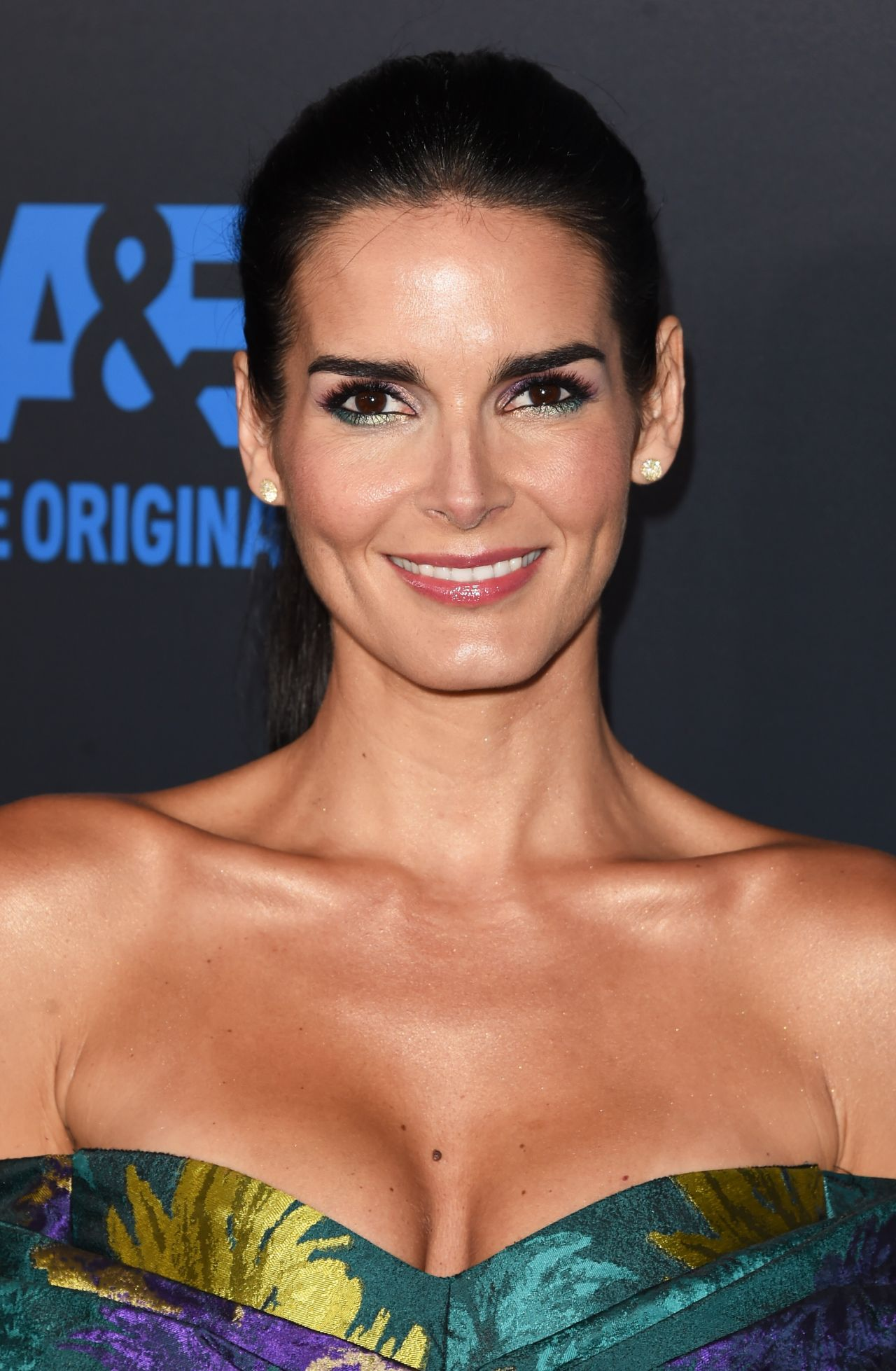 angie-harmon-2015-critics-choice-television-awards-in-beverly-hills_4