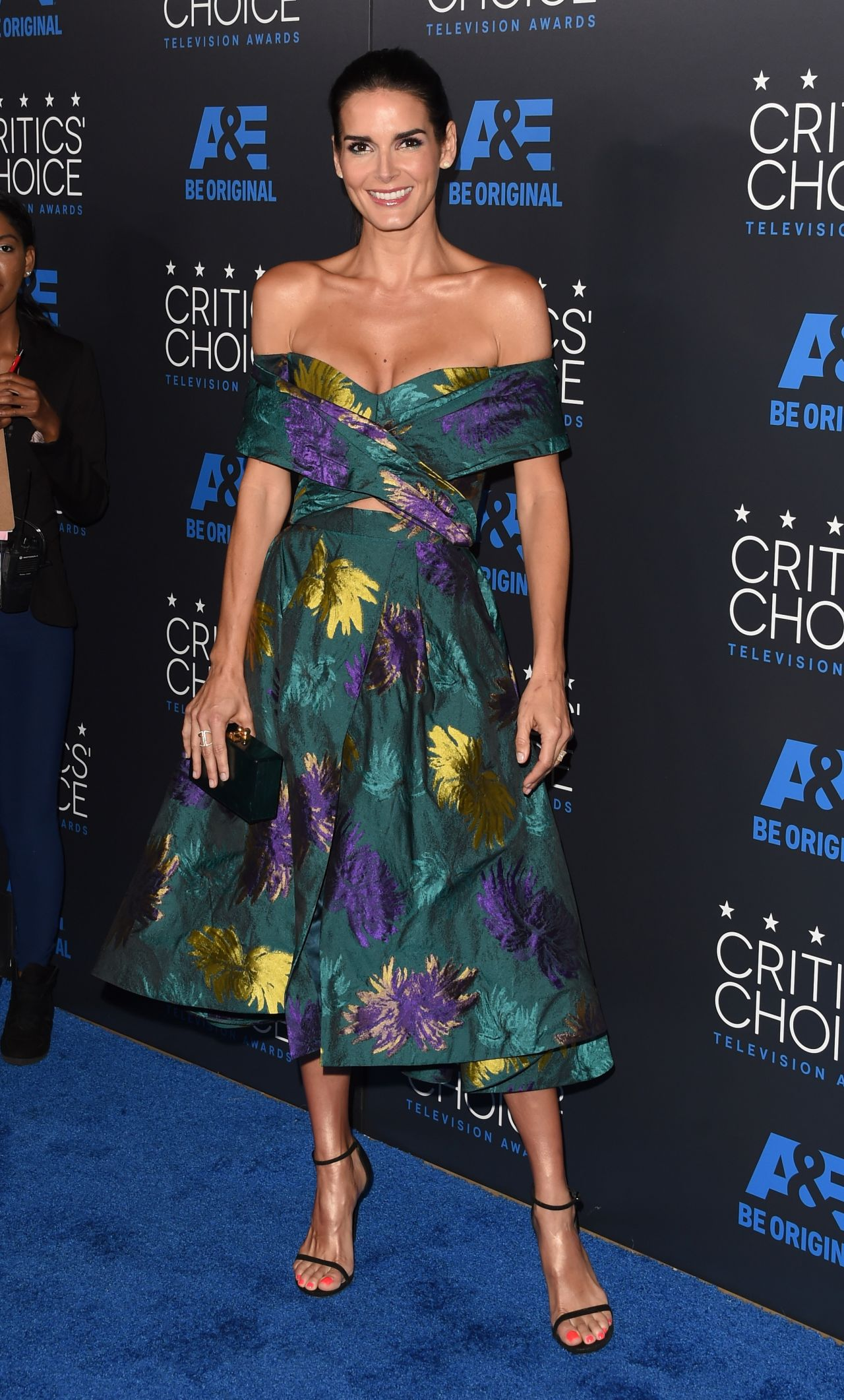angie-harmon-2015-critics-choice-television-awards-in-beverly-hills_6