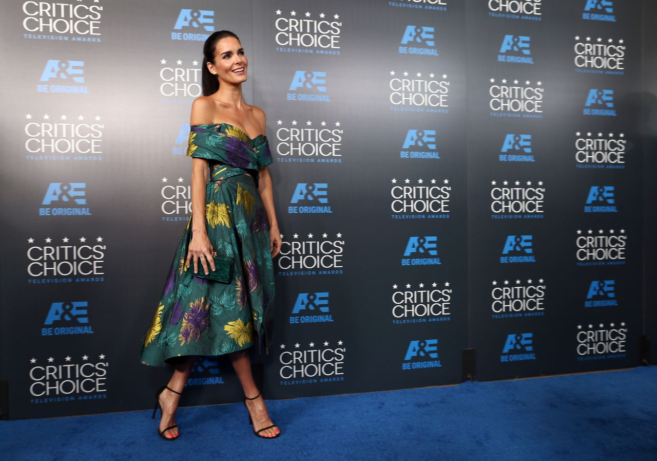 angie-harmon-2015-critics-choice-television-awards-in-beverly-hills_7