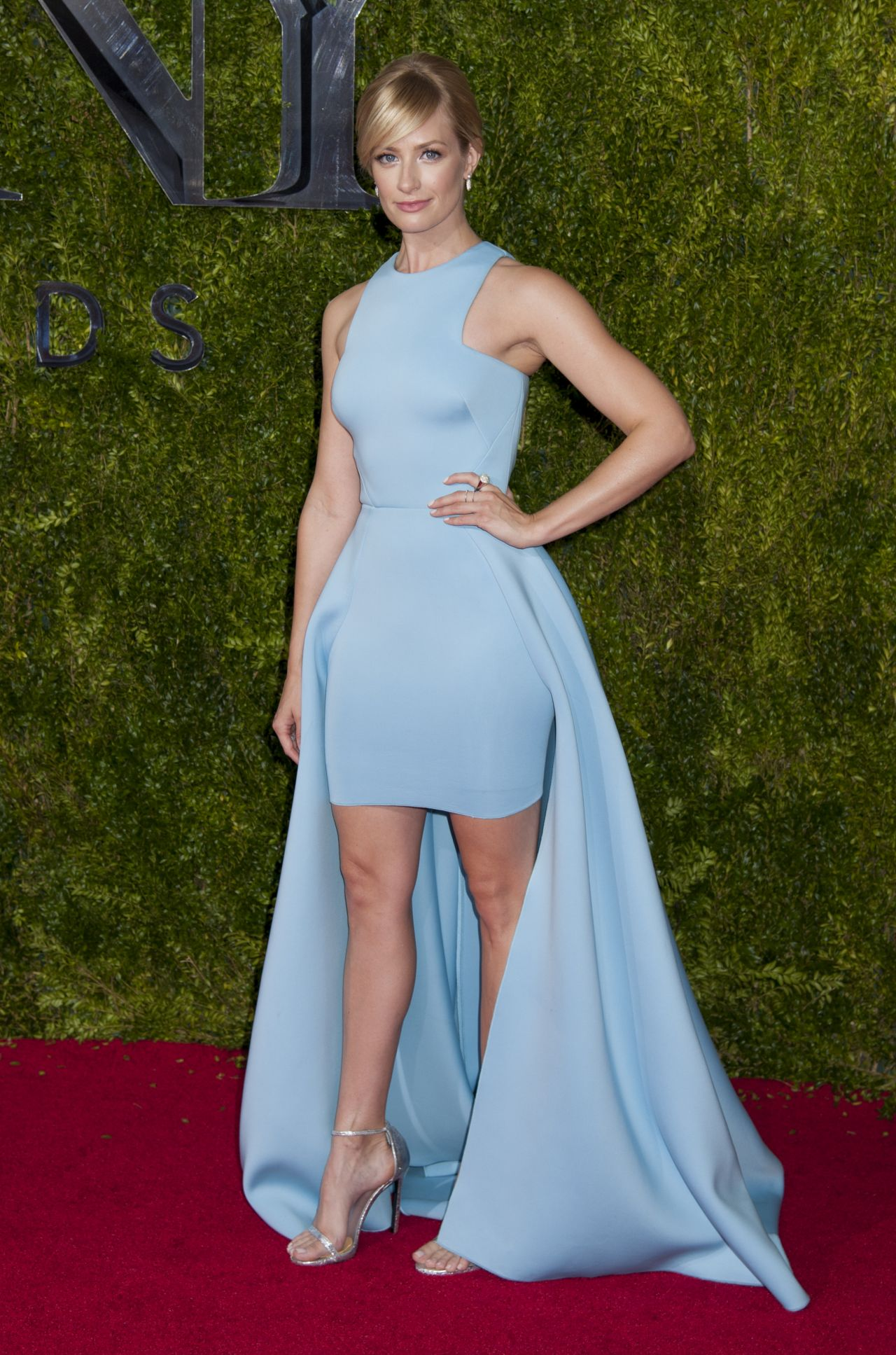 beth-behrs-on-red-carpet-2015-tony-awards-in-new-york-city_3