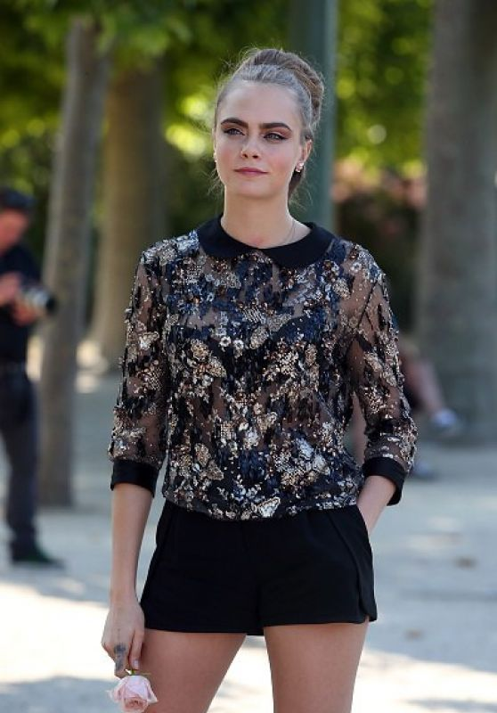 cara-delevingne-in-jenny-packham-elie-saab-at-the-paper-towns-paris-photocall