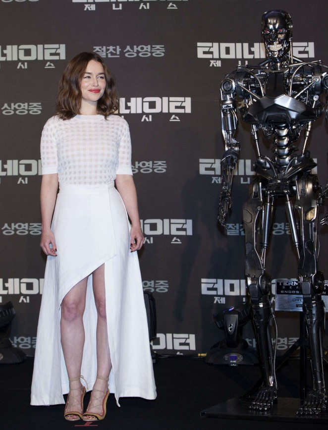 emilia-clarke-wearing-isa-arfen-terminator-genisys-seoul-press-conference