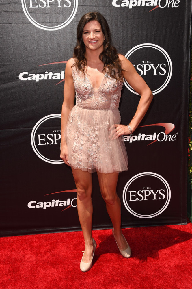 Professional-snowboarder-Kelly-Clark-was-lacy-and-feminine-in-a-Patricia-Bonaldi-dress-and-Seasonal-Whisperers-2015-espy-awards