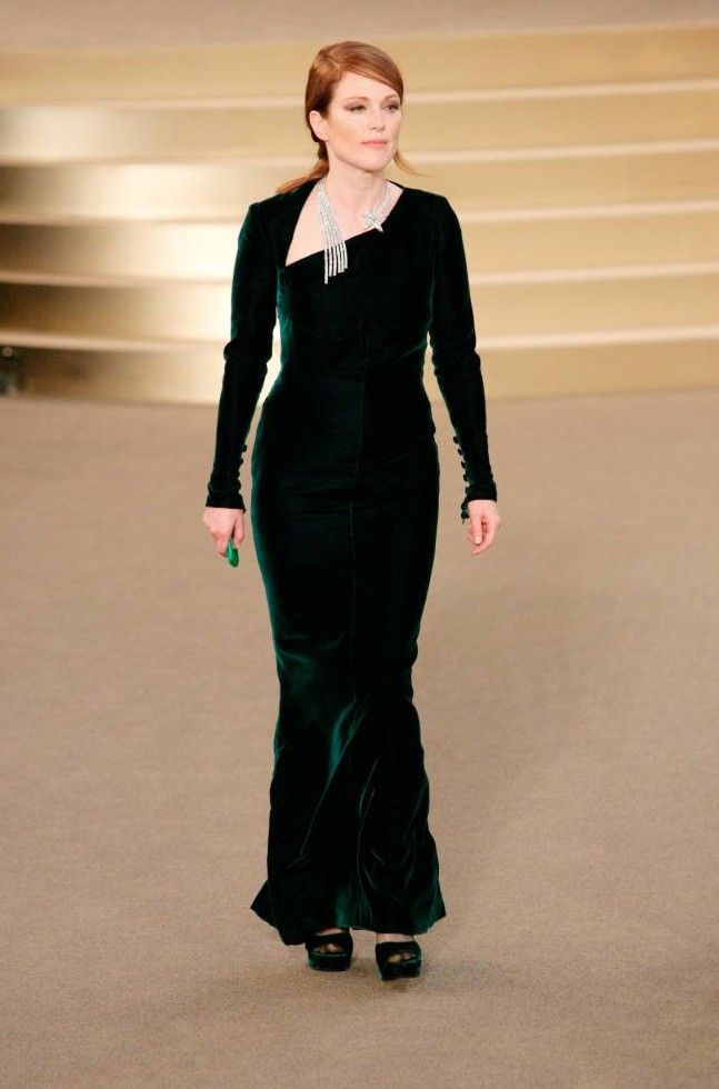 Julianne -Moore--chanel-fall-2015-couture-front-row/