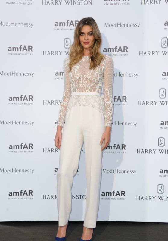 ana-beatriz-barros-on-red-carpet-amfar-dinner-in-paris-july-2015_1_thumbnail