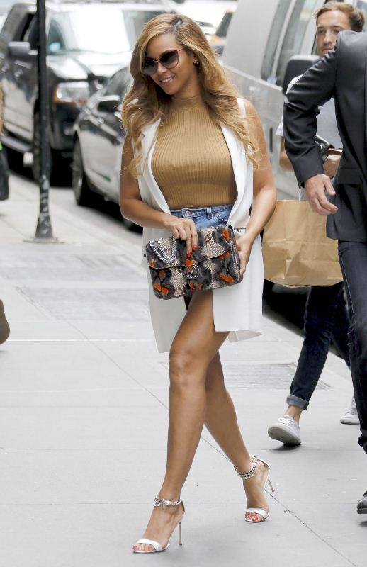 beyonce-arrives-at-her-office-in-new-york-07-14-2015-gucci-bag-topshop-top-manolo-blahnik-sandals-2
