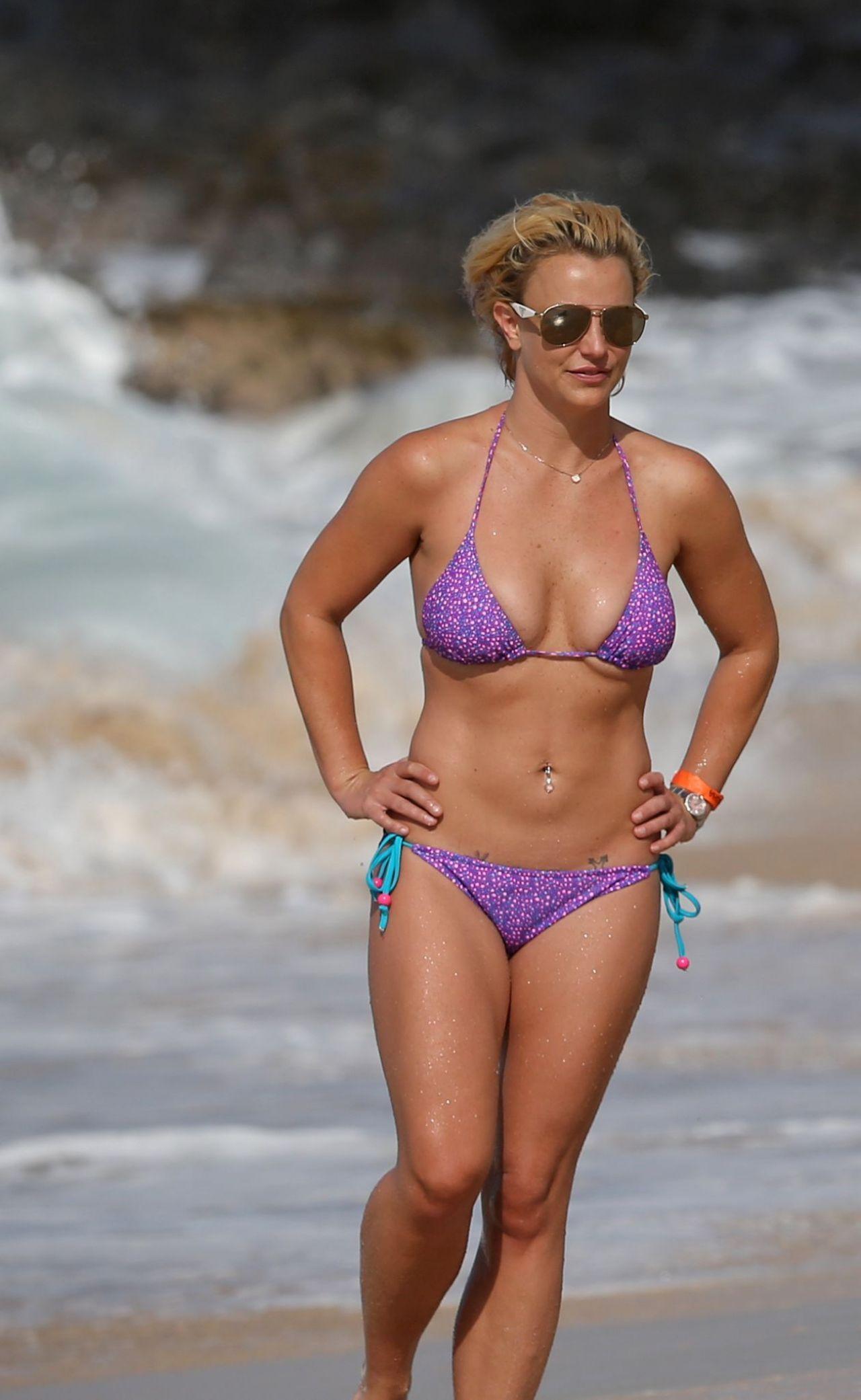 britney-spears-on-a-beach-in-a-bikini-in-hawaii-july-2015_14