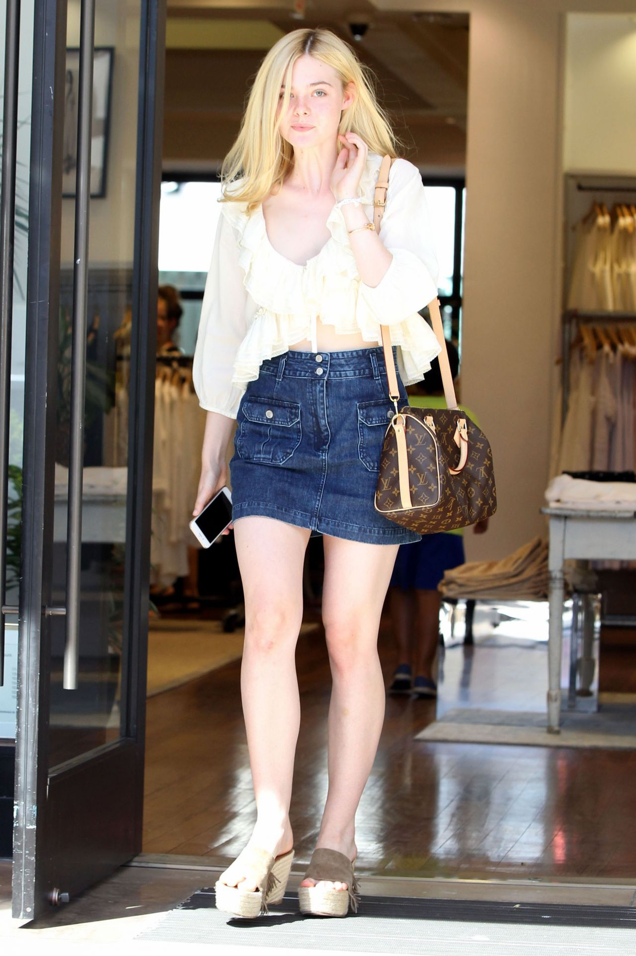elle-fanning-summer-casual-style-beverly-hills-july-2015_11