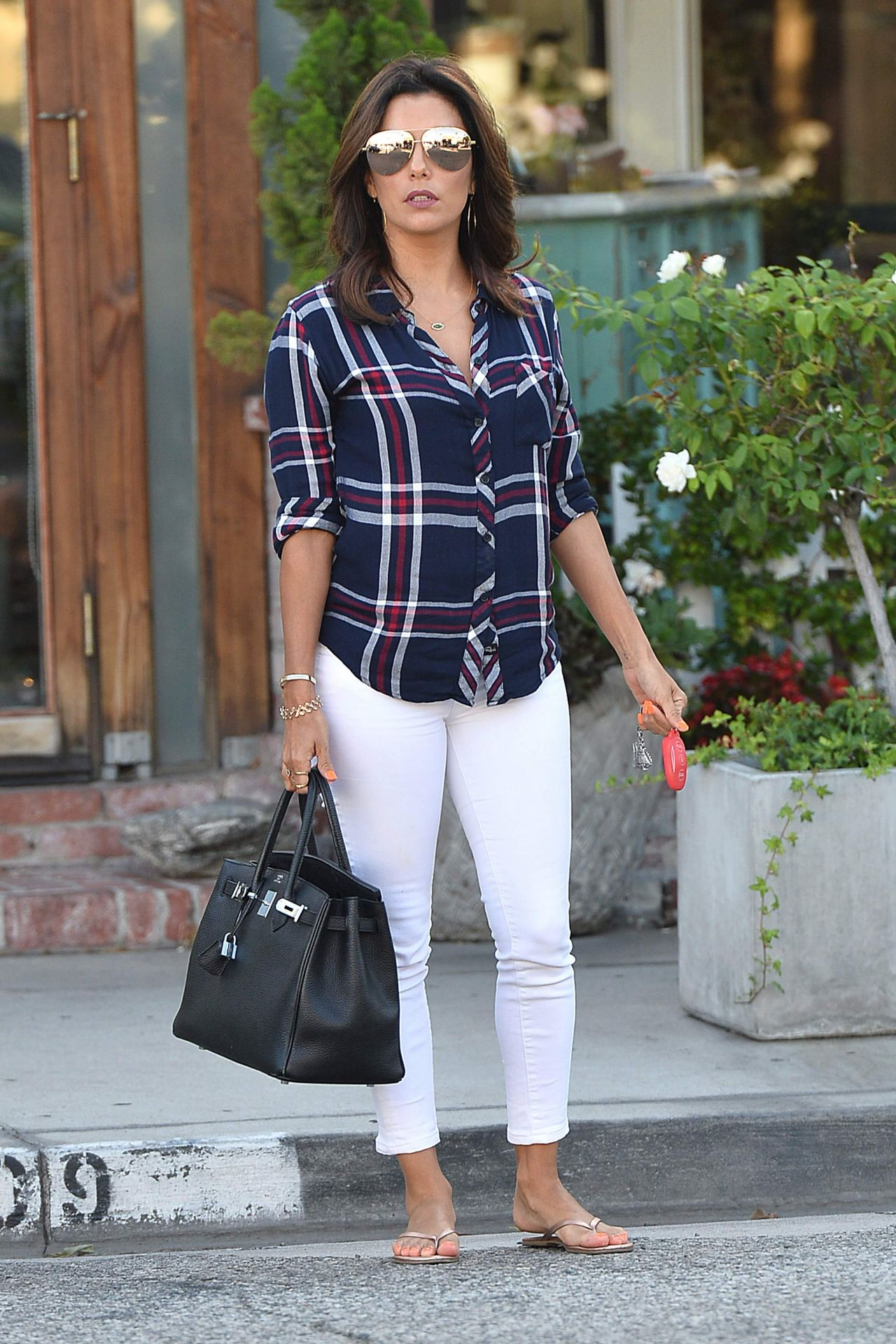eva-longoria-casual-style-leaves-ken-paves-salon-july-2015_1