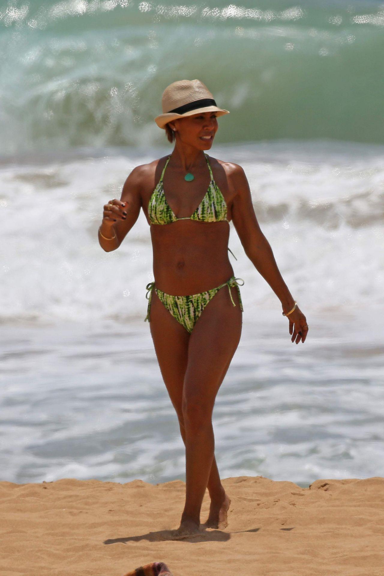 jada-pinkett-smith-in-a-bikini-on-vacation-in-hawaii-july-2015_11