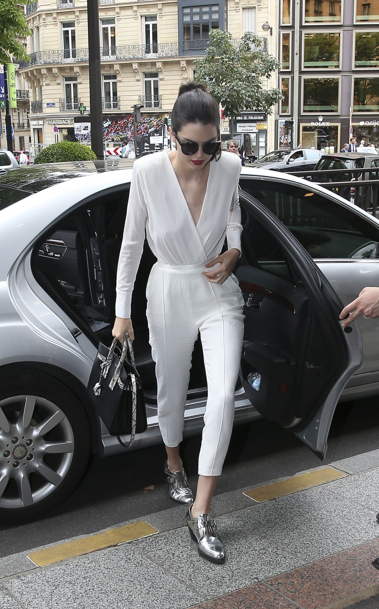 kendall-jenner-arriving-leaving-the-chanel-fashion-show-in-paris-july-2015_