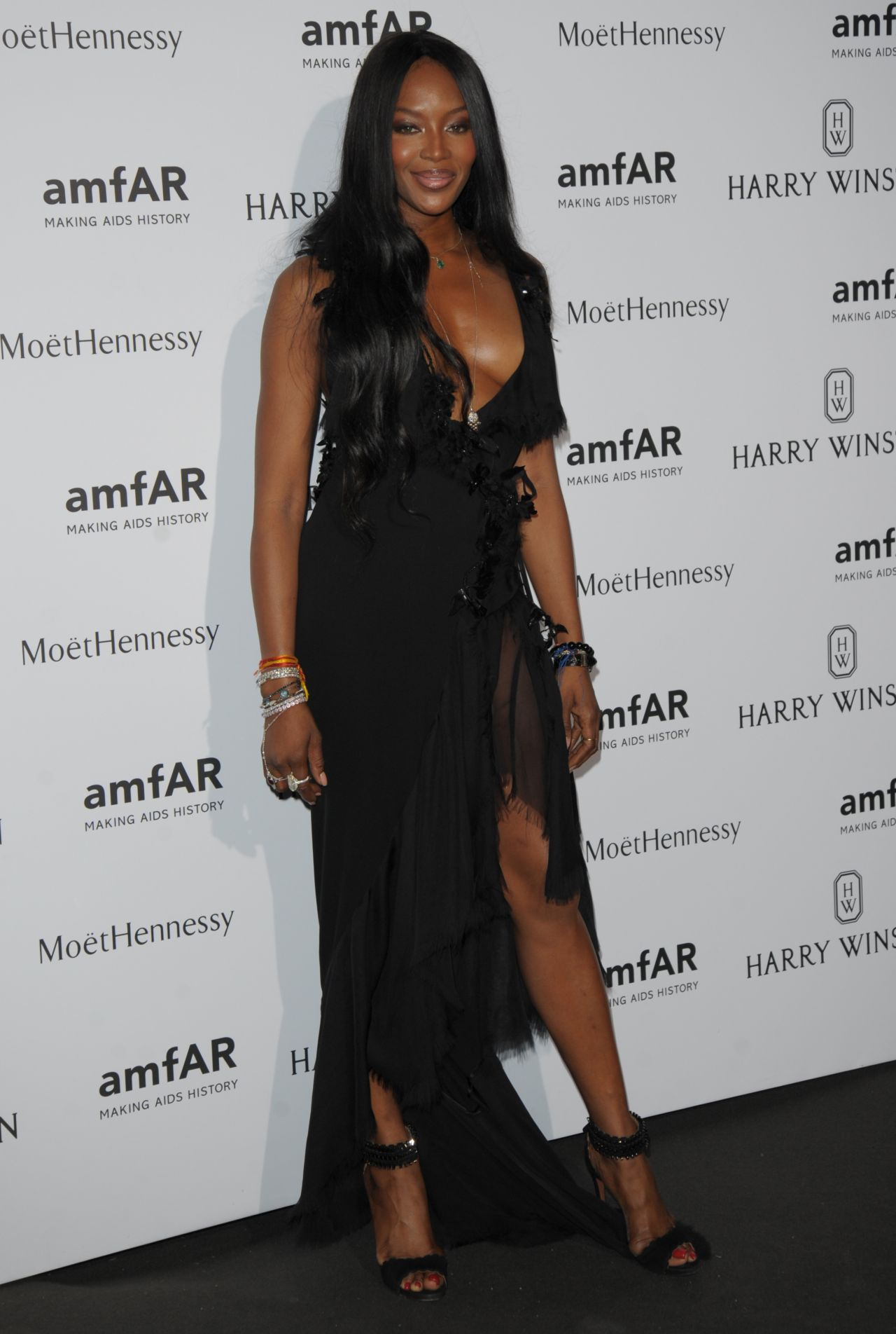 naomi-campbel-on-red-carpet-amfar-dinner-in-paris-july-2015_3