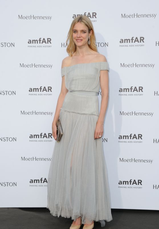 natalia-vodianova-on-red-carpet-amfar-dinner-in-paris-july-2015_1_thumbnail