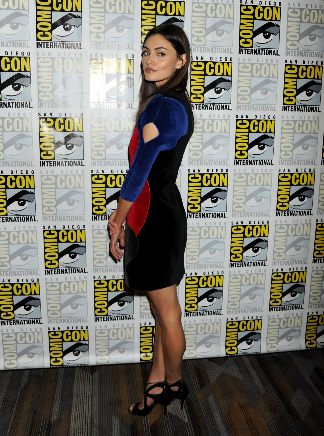 phoebe-tonkin-the-originals-press-line-2015-comic-con-in-san-diego