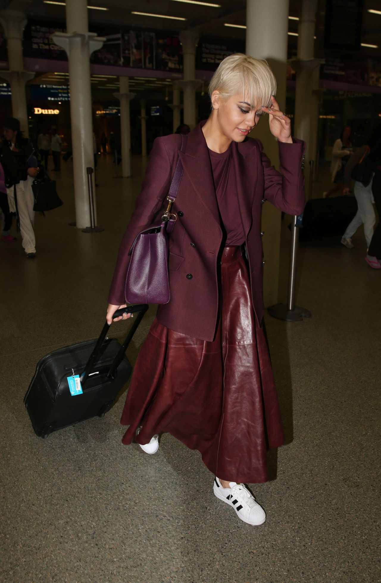 rita-ora-at-king-s-cross-railway-station-in-london-july-2015_4