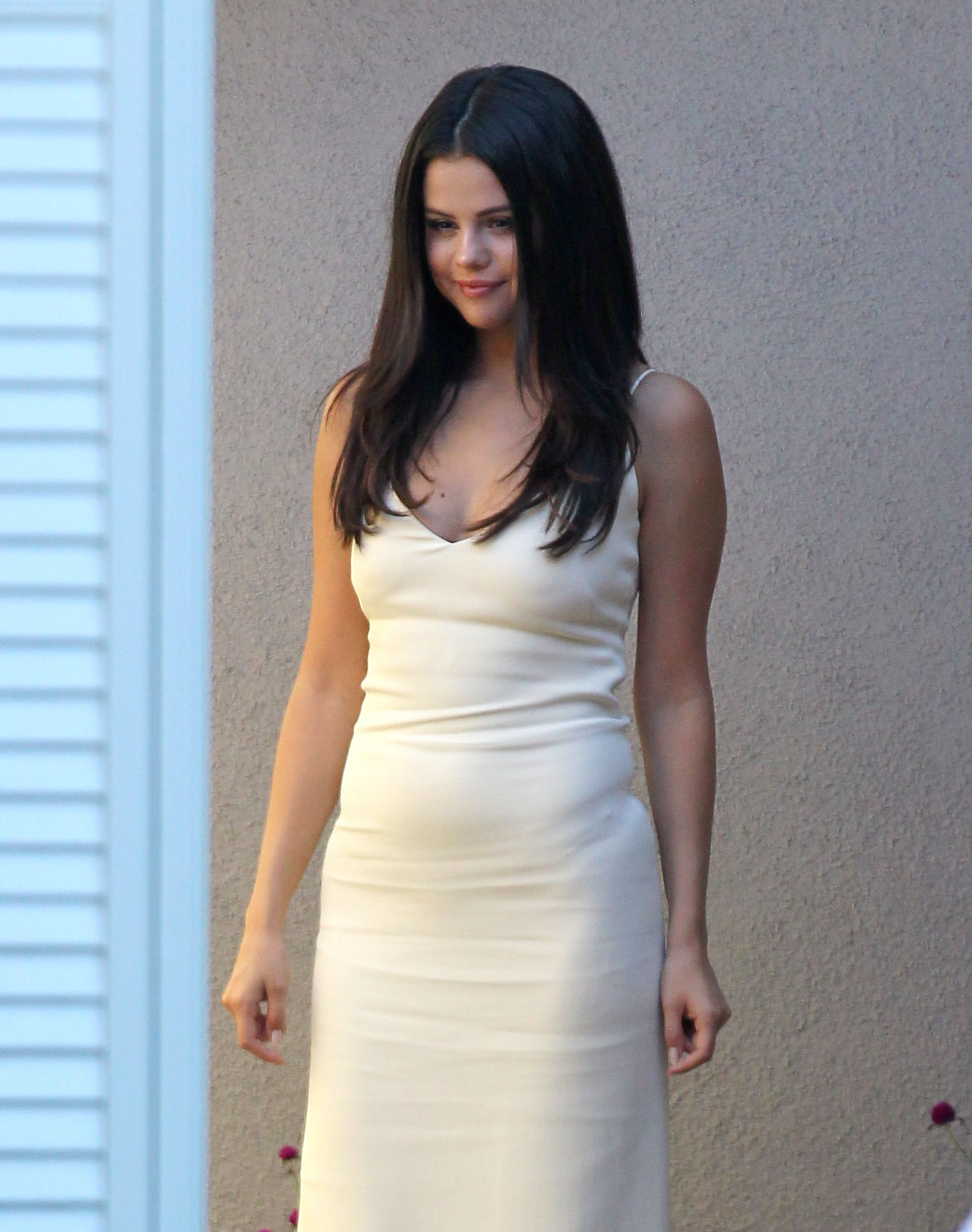 selena-gomez-style-arriving-to-jennifer-klein-s-day-of-indulgence-summer-party-in-brentwood_5