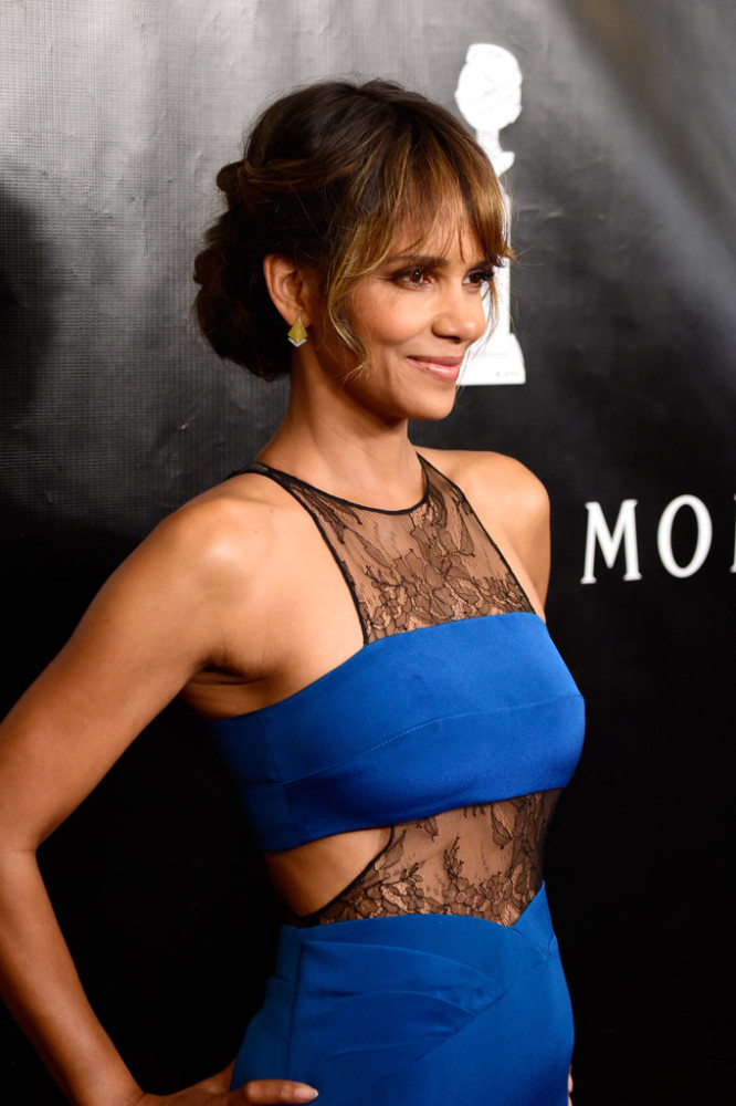 Halle-Berry-Hollywood-Foreign-Press-Associations-Annual-Grants-Banquet-Noam-Hanoch-Teal-Lace-Inset-Sheath-Dress
