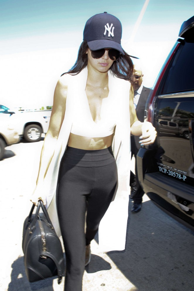 Kendall-Jenner-at-LAX-airport--