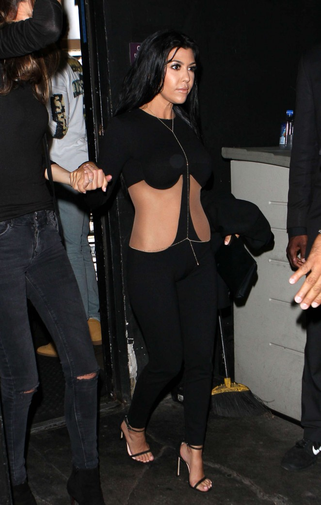 Kourtney-Kardashian--Kylies-18th-Birthday--01-662x1041
