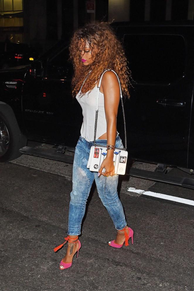 Rihanna--SOBs-Nightclub--06-662x994