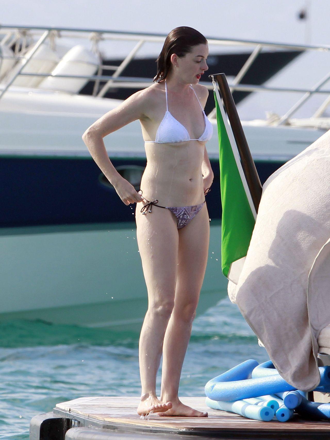 anne-hathaway-in-a-bikini-on-a-yacht-in-spain-august-2015_1