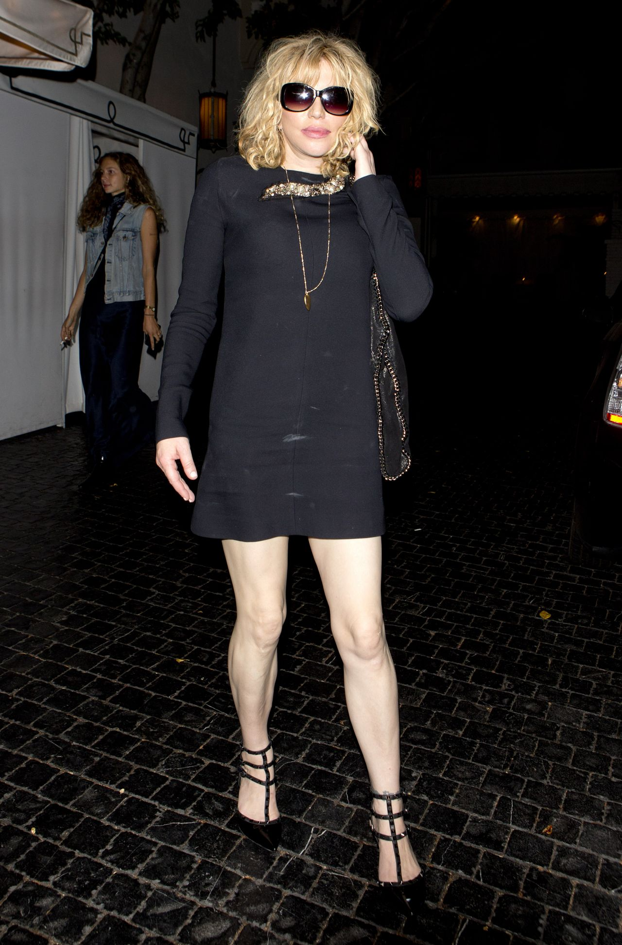 courtney-love-leaving-the-chateau-marmont-hotel-in-west-hollywood-august-2015_1