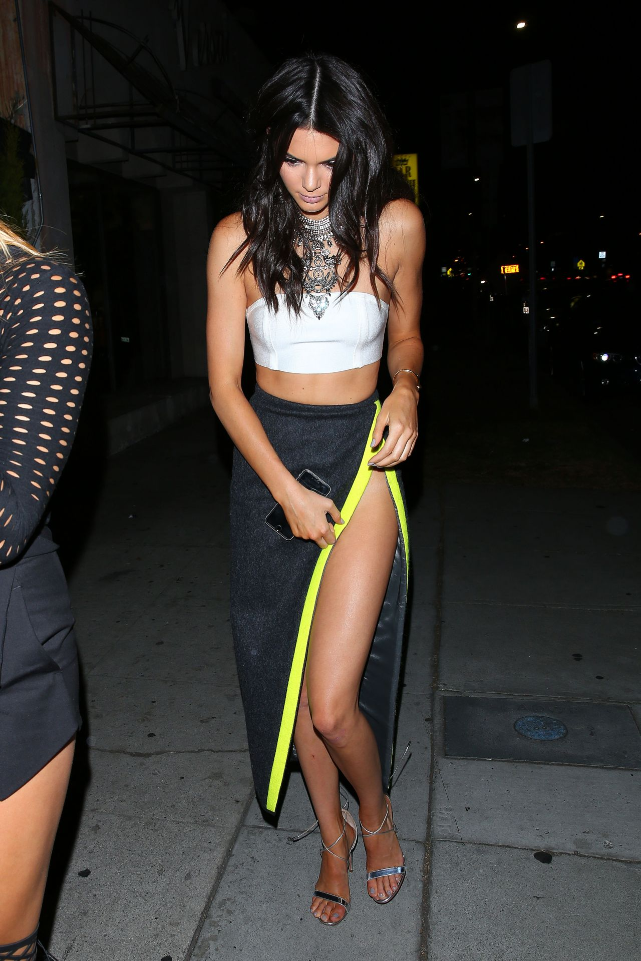 kendall-jenner-hailey-baldwin-arriving-at-the-nice-guy-in-hollywood-august-2015_4