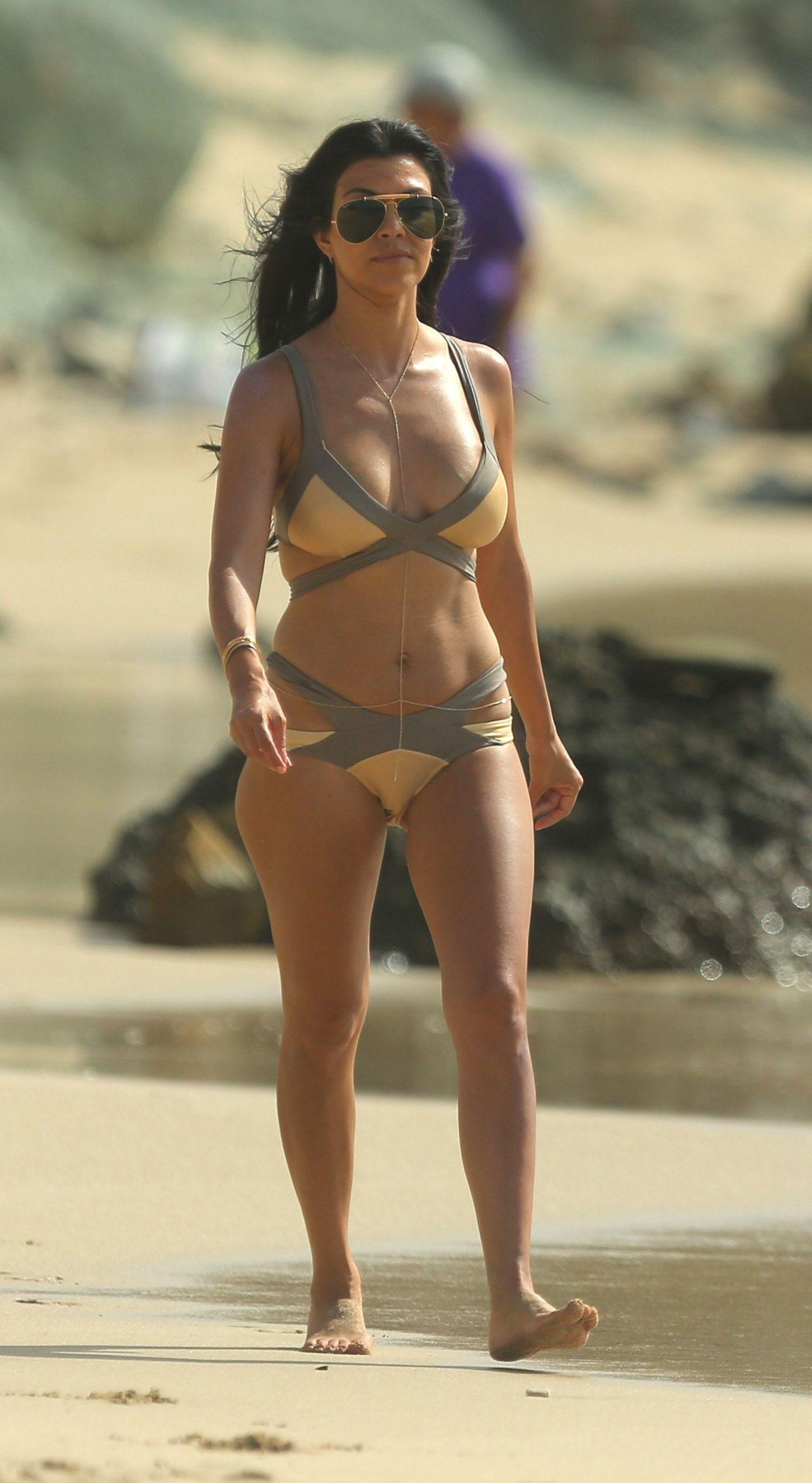 kourtney-kardashian-bikini-pics-on-vacation-at-the-beach-in-st.-barts-august-2015_1