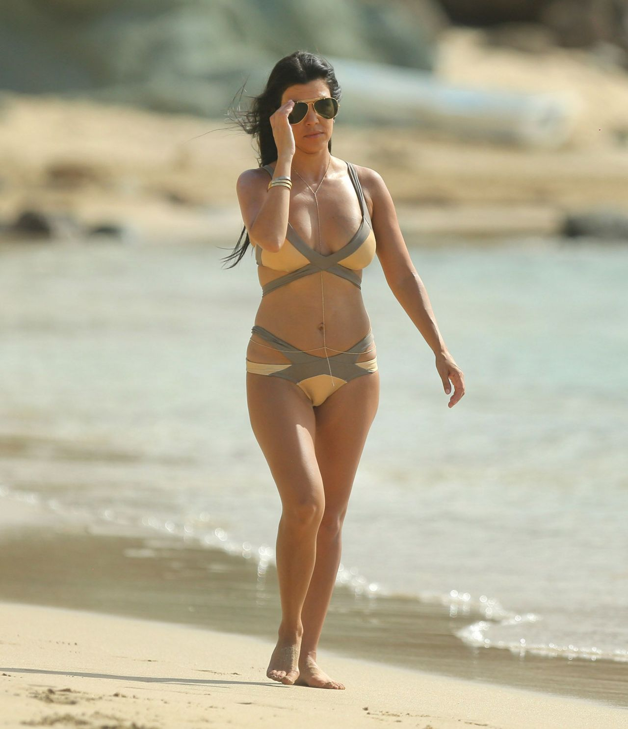 kourtney-kardashian-bikini-pics-on-vacation-at-the-beach-in-st.-barts-august-2015_3