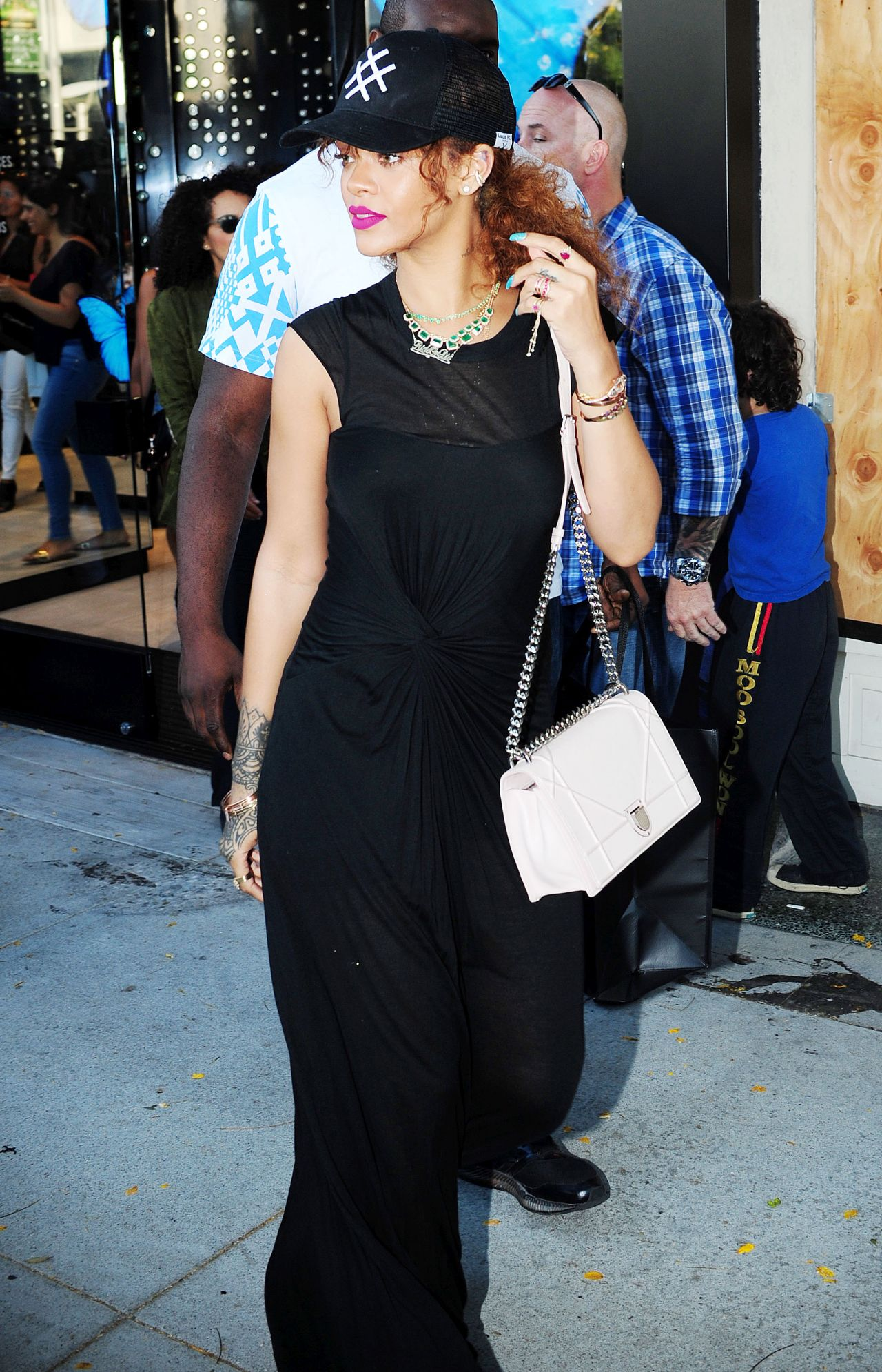 rihanna-casual-style-shopping-in-beverly-hills-july-2015_4
