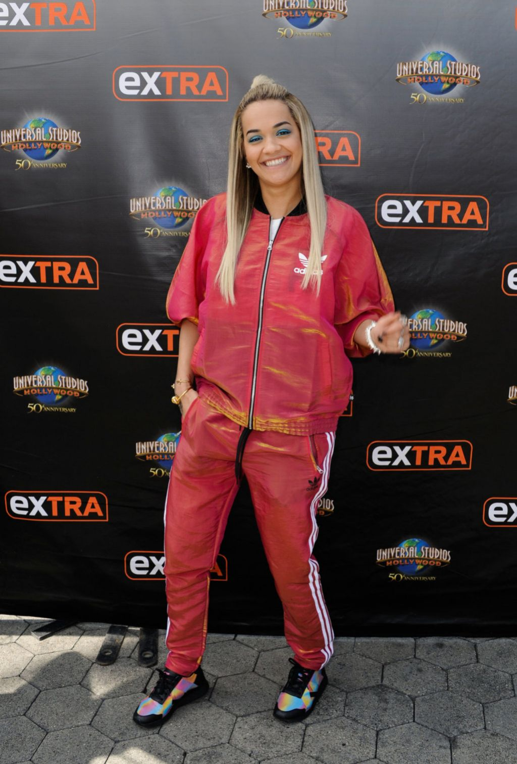 rita-ora-visits-extra-at-universal-studios-in-hollywood-august-2015_1