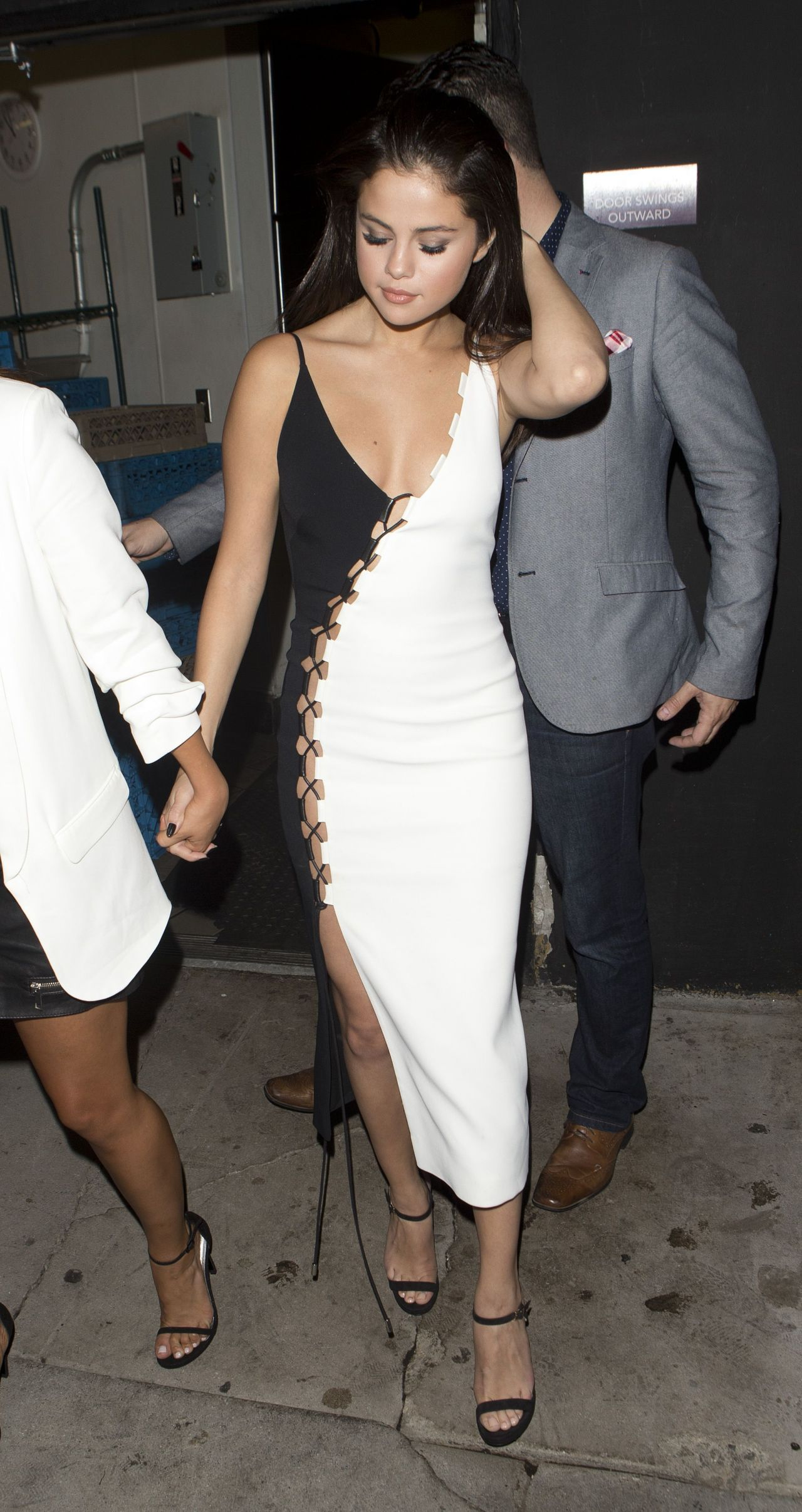 selena-gomez-night-out-style-leaving-the-nice-guy-bar-in-west-hollywood-august-2015_11