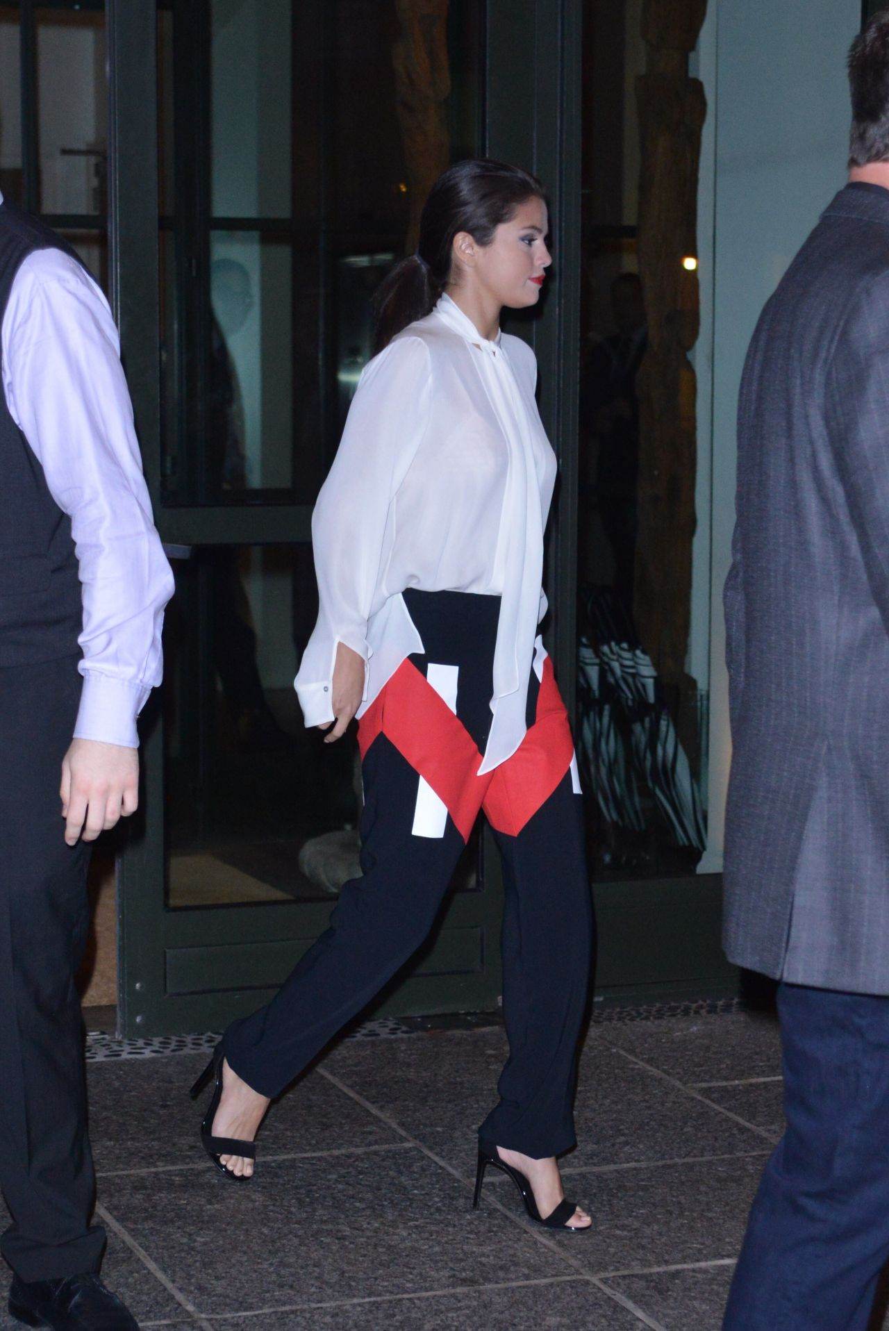 selena-gomez-outside-her-hotel-in-new-york-city-august-2015_2