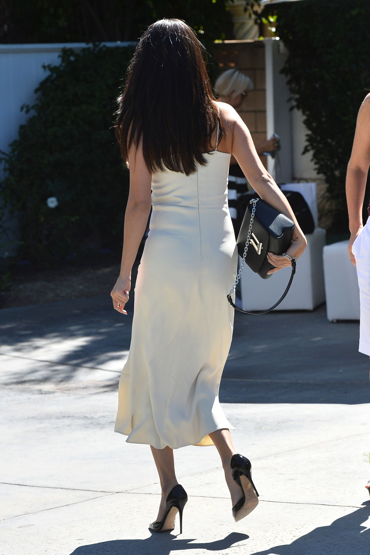 selena-gomez-style-arriving-to-jennifer-klein-s-day-of-indulgence-summer-party-in-brentwood_2