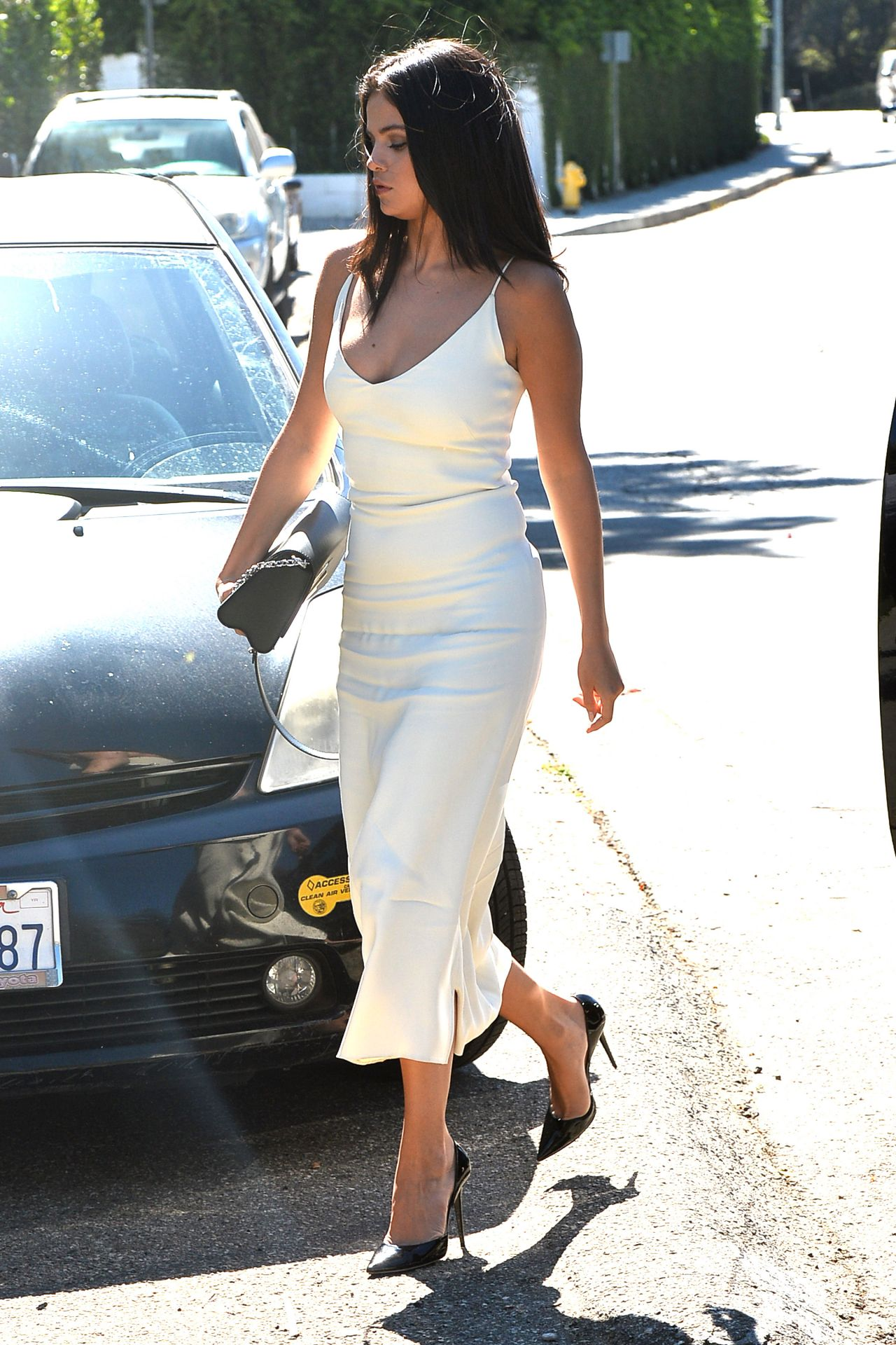 selena-gomez-style-arriving-to-jennifer-klein-s-day-of-indulgence-summer-party-in-brentwood_6