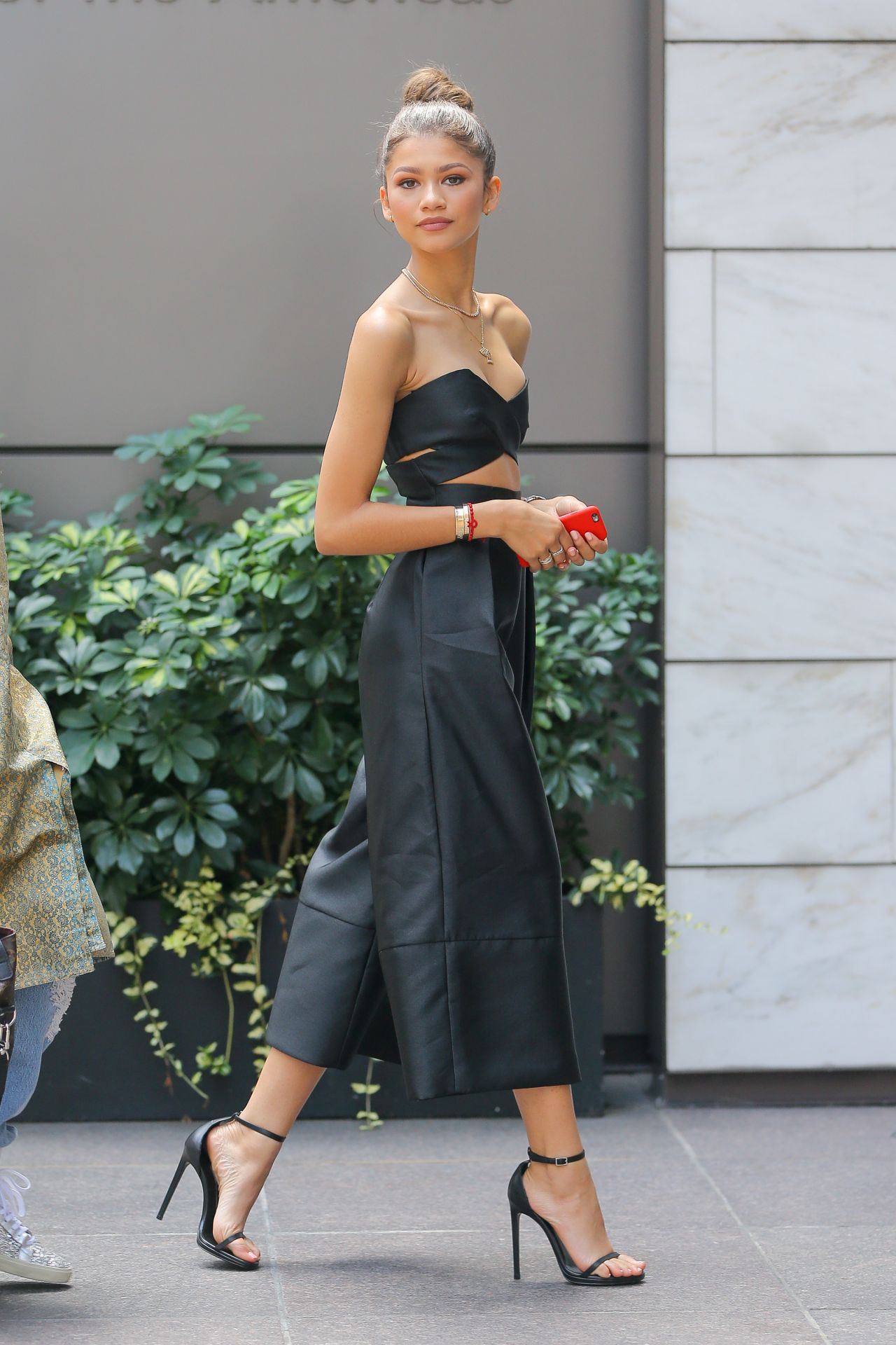 zendaya-style-arriving-at-an-office-building-in-nyc-august-2015_1