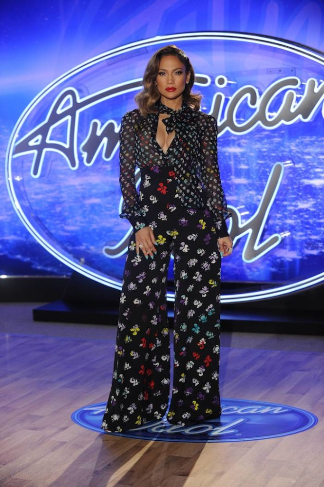 0-Jennifer-Lopezs-American-Idol-Diane-von-Furstenberg-Resort-2016-Printed-Pussybow-Blouse-and-Pants-665×1000